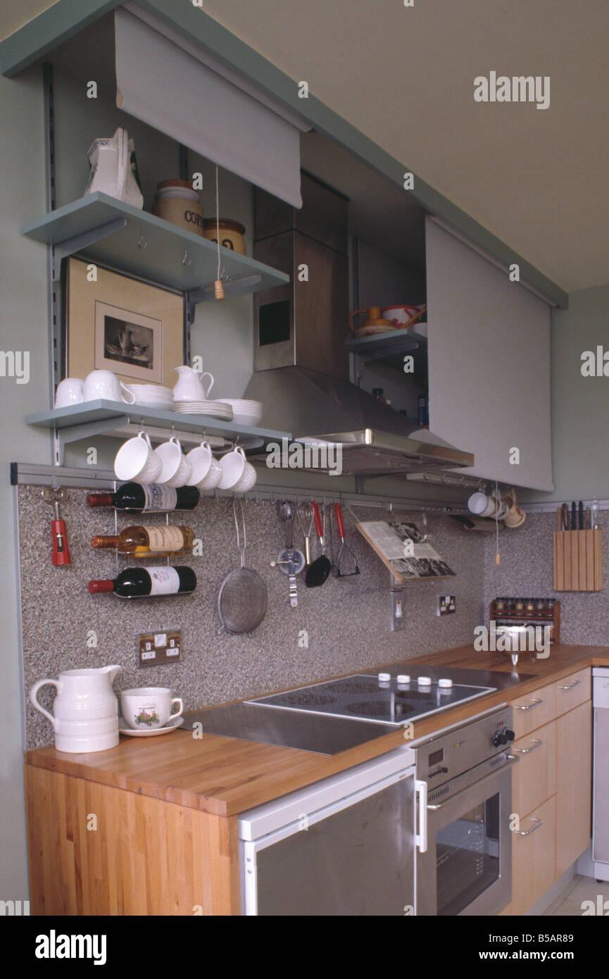 Küche Kompakt | Weisse Tassen In Regalen Und Granit Spritzschutz Oben Kuhlschrank Und