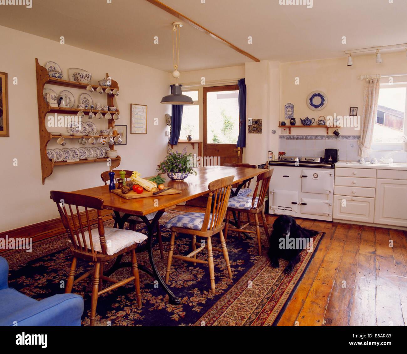 Holztisch mit Stühlen auf gemusterten Teppich auf polierten ...