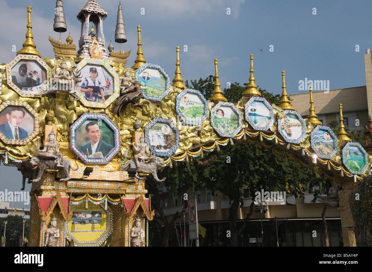 Straßenschild mit Bildern der königlichen Familie, Bangkok, Thailand, Südostasien Stockbild