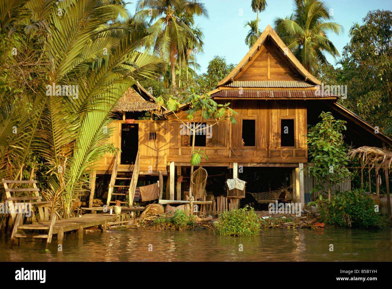 Sympathisch Haus Auf Stelzen Referenz Von Eine Traditionelle Thai- über Dem S In
