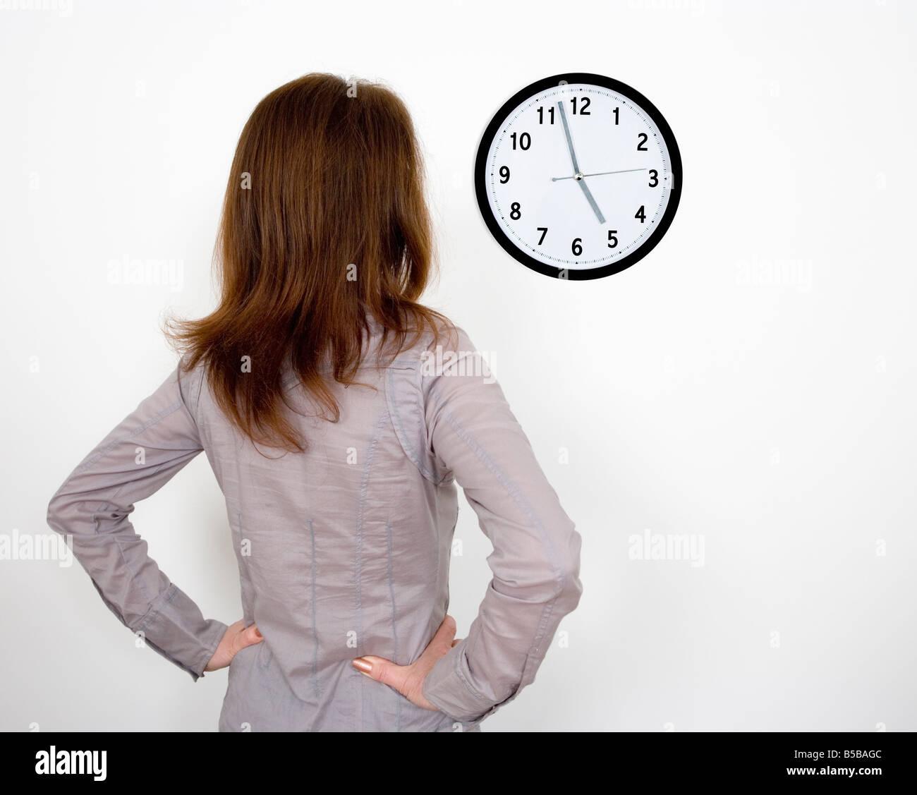 Geschäftsfrau Uhr gerade im Büro Stockbild