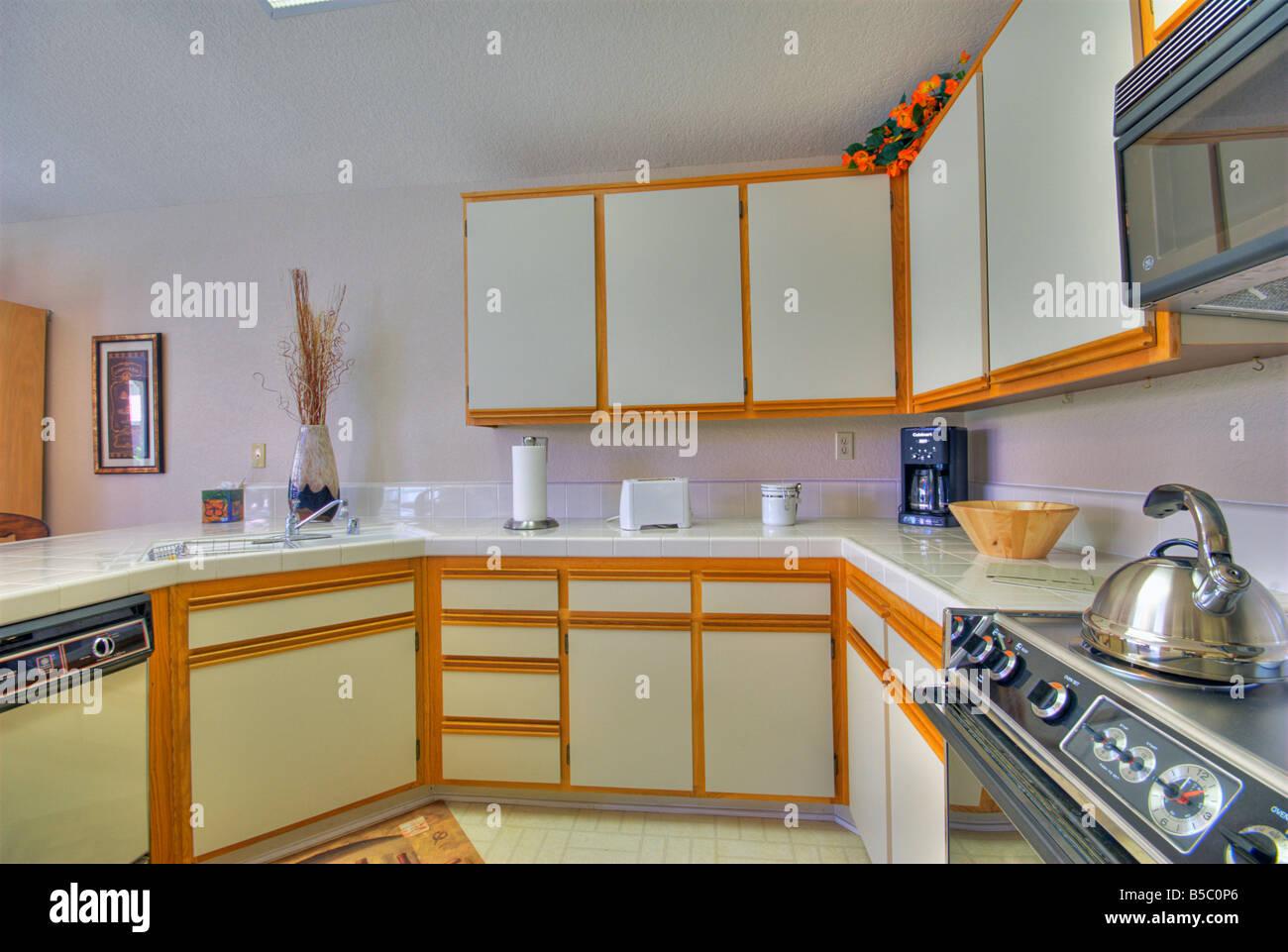 Oase Countryclub, Palm Desert Küche Interieur weiß Holz trim HDR ...