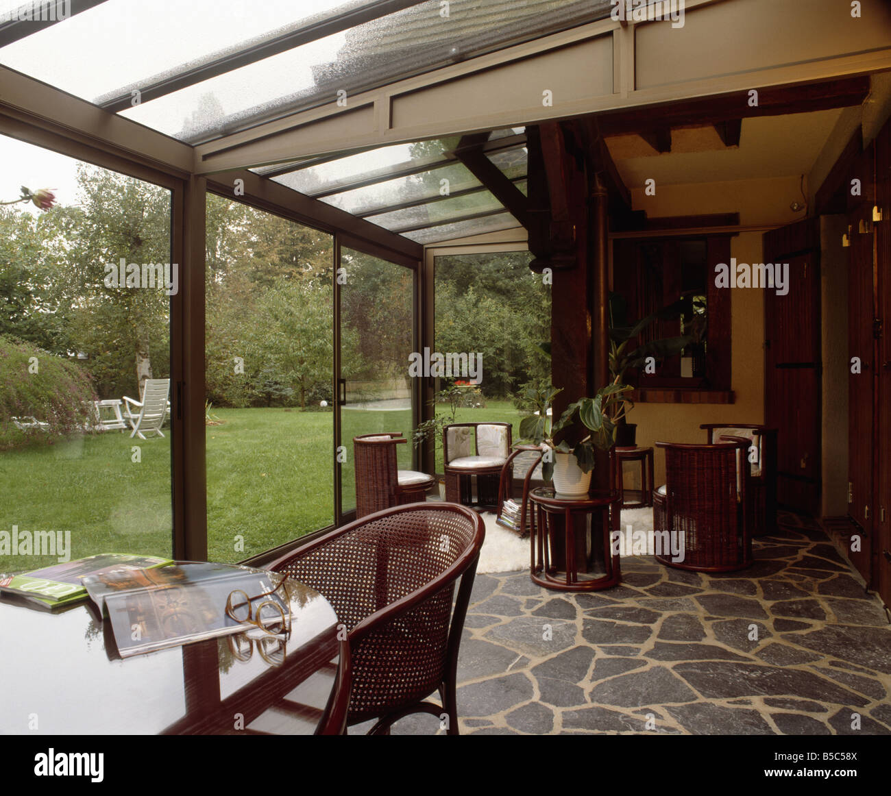 Wintergarten Boden tisch und zuckerrohr stuhl im modernen wintergarten ess und