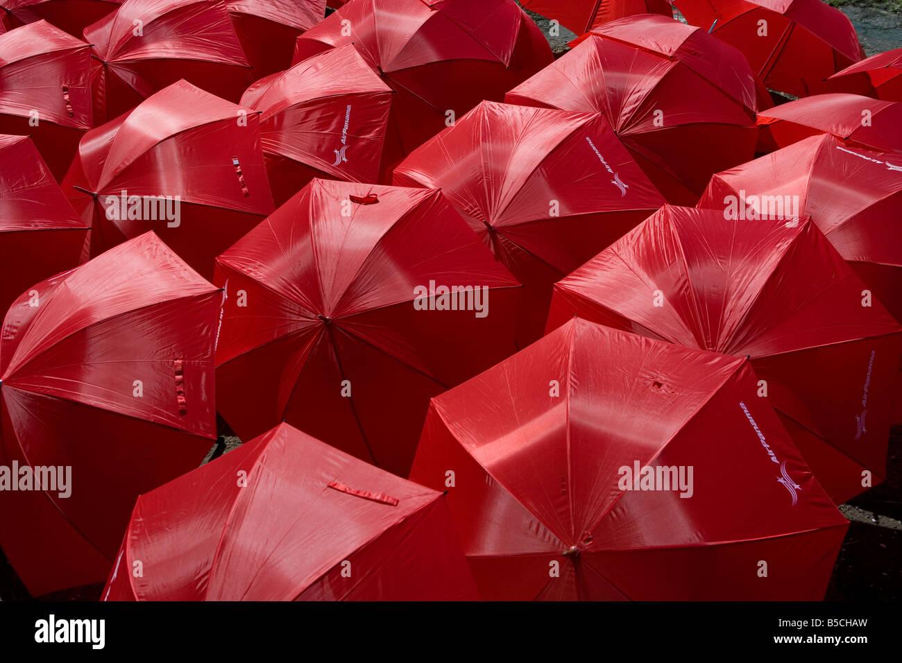 viele rote Air Panama-Schirme, die in der Sonne trocknen Stockfoto