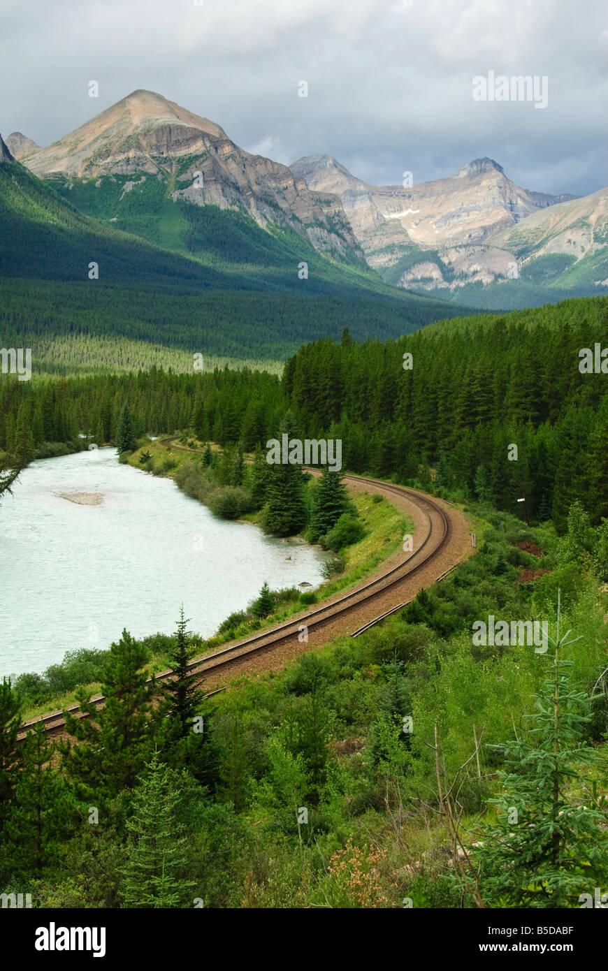 Gleise überquert die kanadischen Rockies in Banff Nationalpark, Alberta, Kanada Stockbild