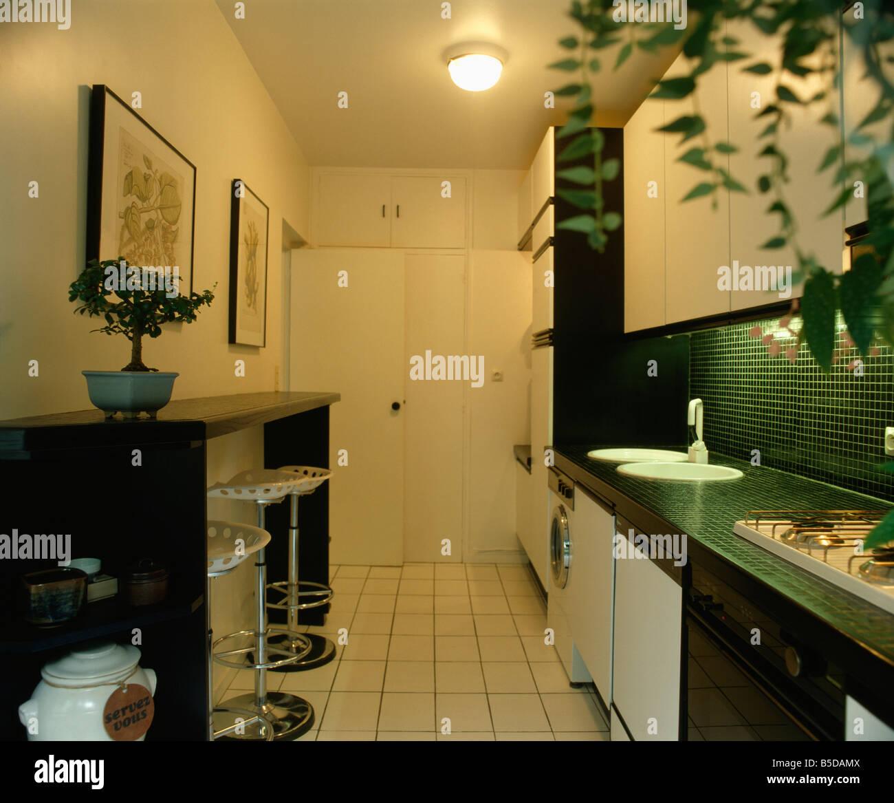 Edelstahl Barhocker Schwarz Frühstücksbar In Pantry Küche Mit Weißen  Fliesen Und Weiße Wannen In Schwarzen Arbeitsplatte