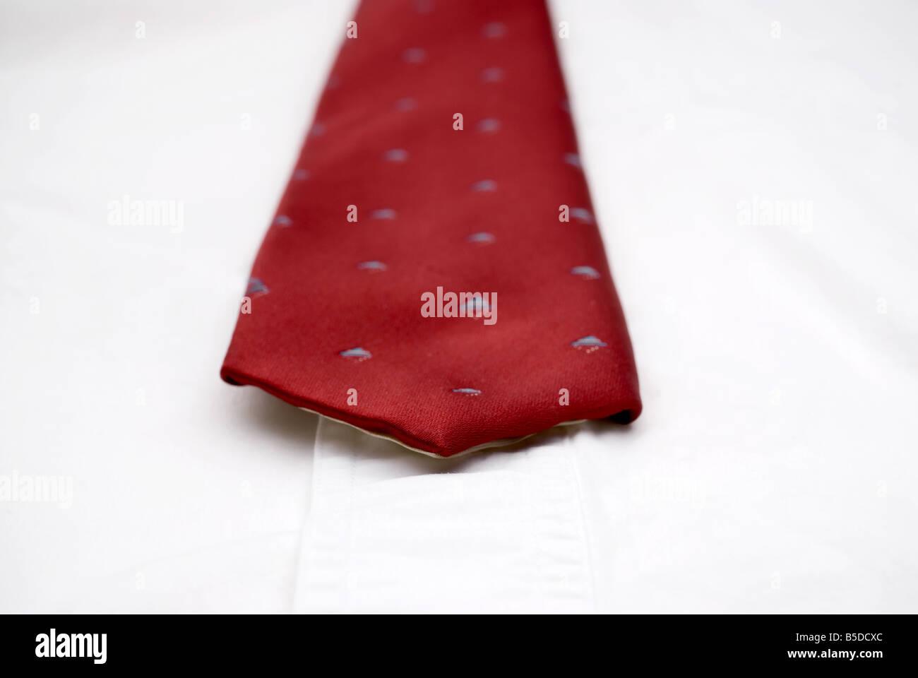 Flachen Fokus Makro von einer Krawatte auf ein weißes Hemd Stockbild