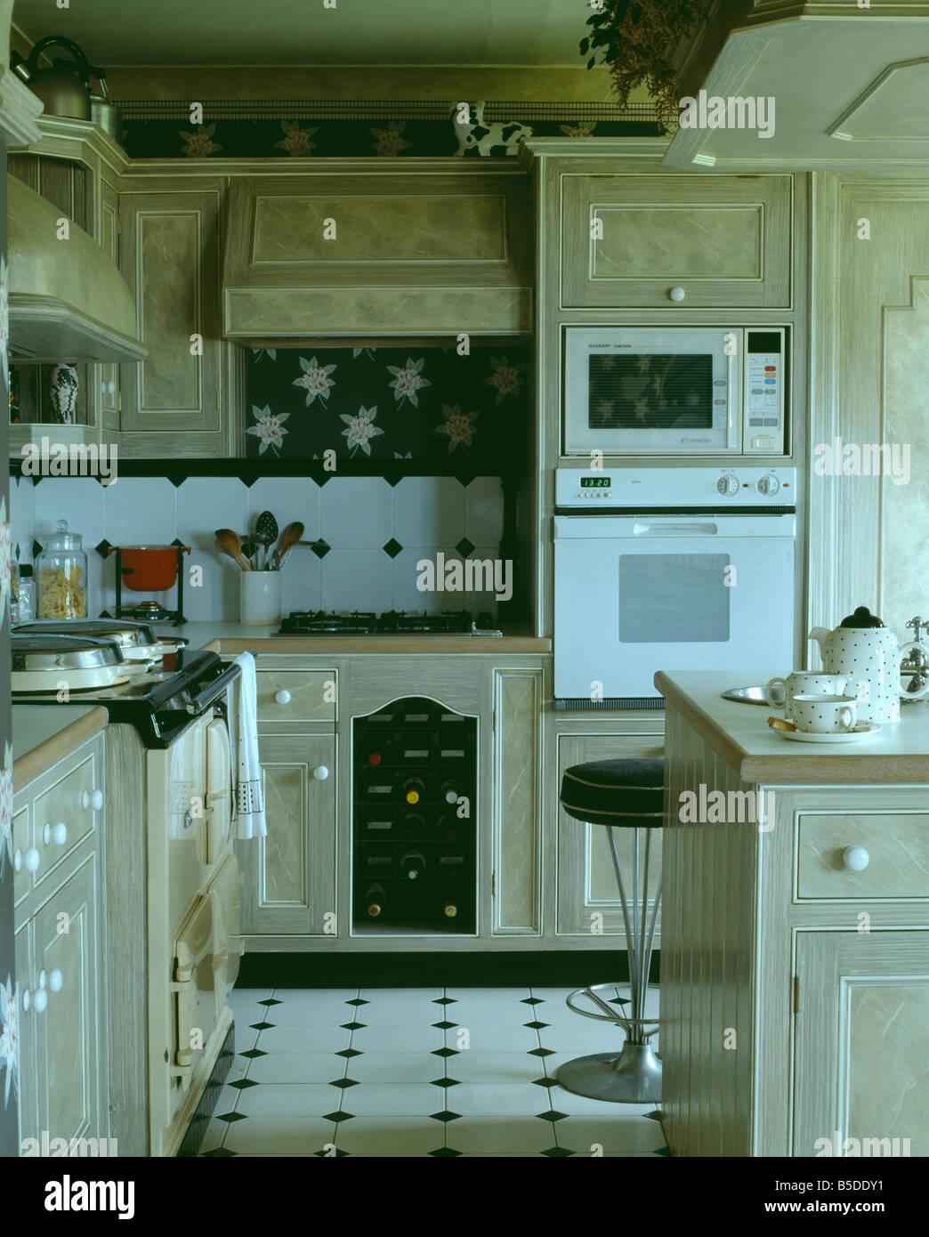 Augenhöhe Mikrowelle und weißen Ofen in der Küche mit Lack-Effekt ...