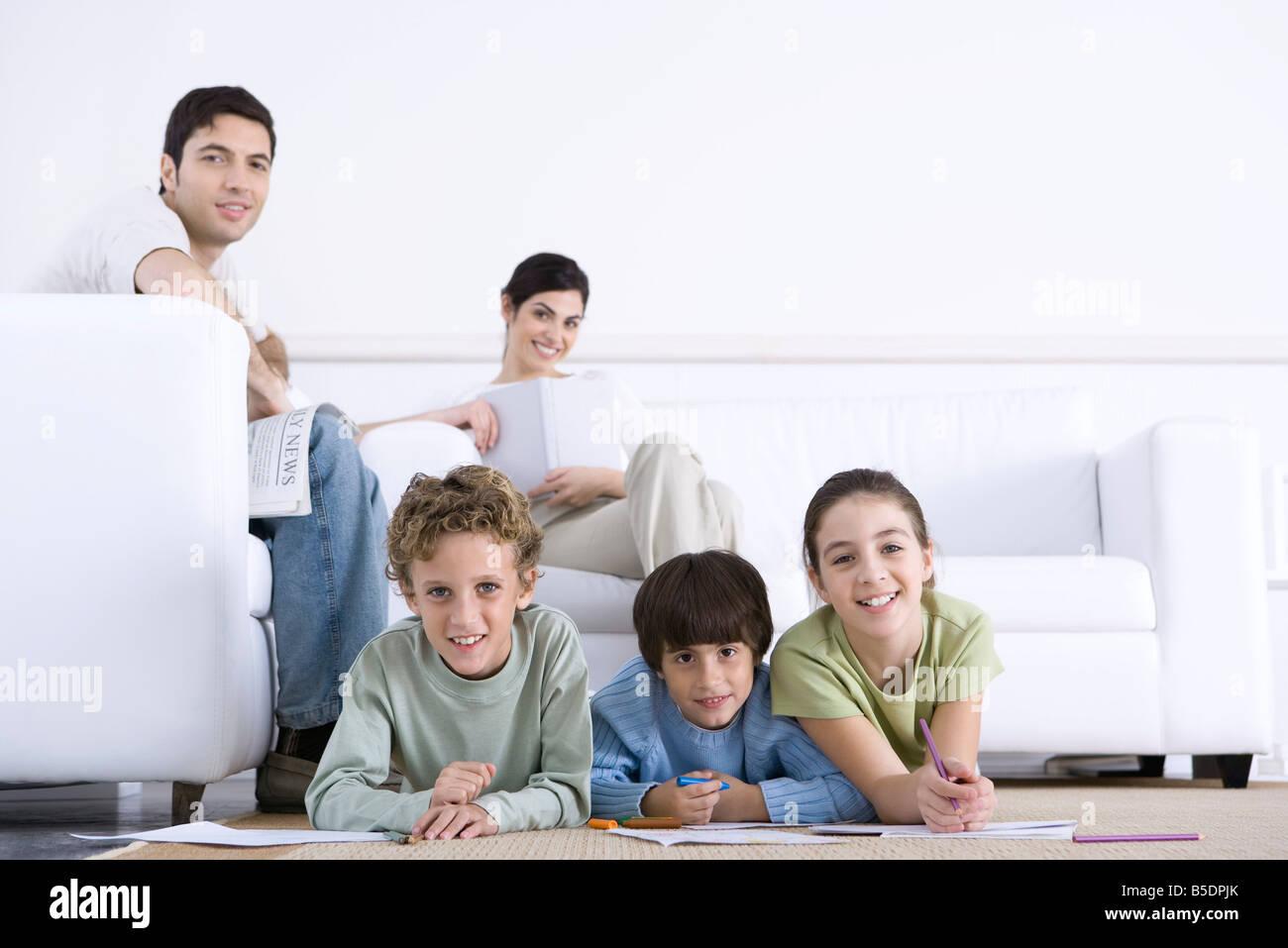 Familie Kinder Farbung Auf Dem Boden Eltern Auf Sofa Im Wohnzimmer