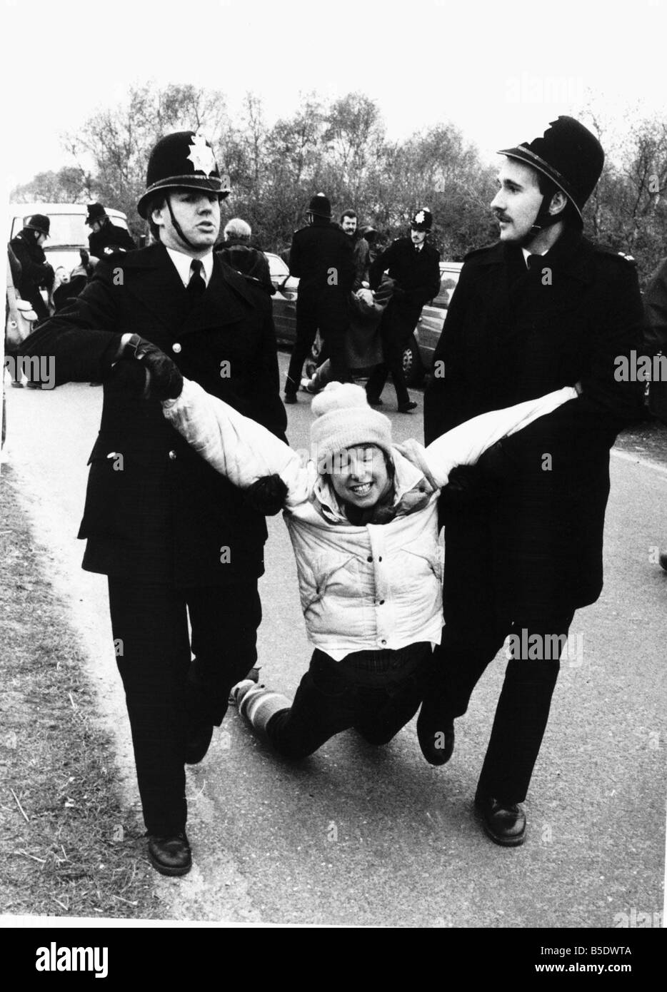 Polizei in Aktion ein Greenham Common Demonstrant festgenommen Stockbild
