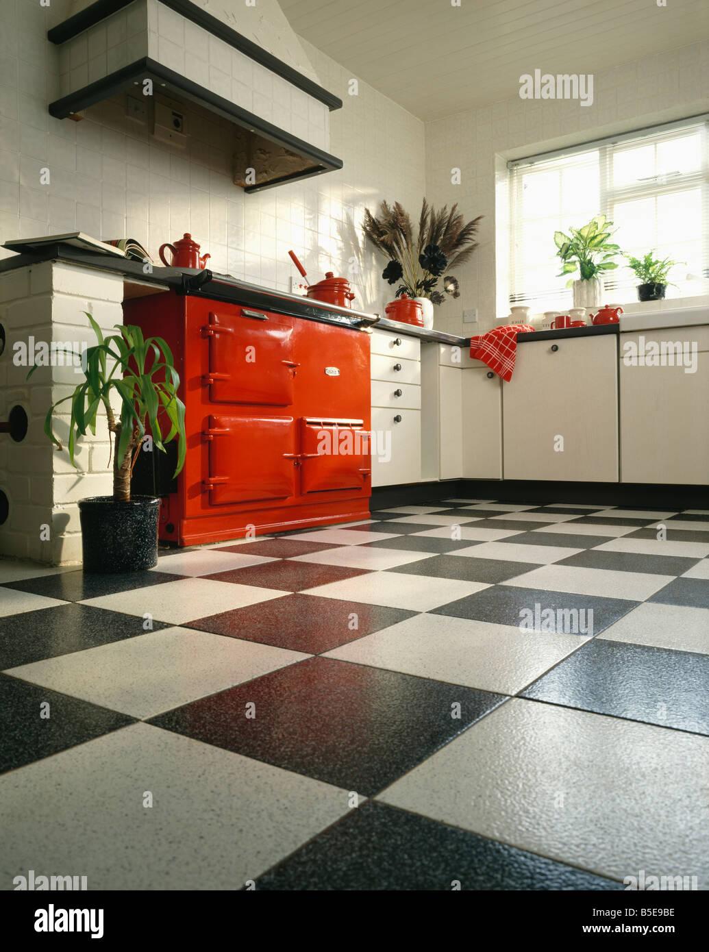 Rot-Aga-Ofen in weiße Küche mit schwarzen & weiße Keramik ...