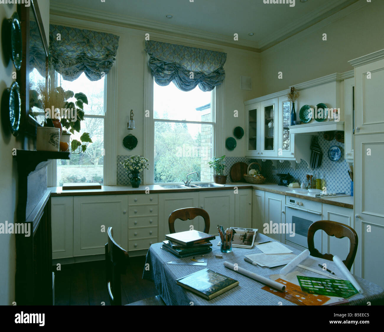 Geraffte Vorhänge am Fenster in Creme Küche mit Tisch als ...