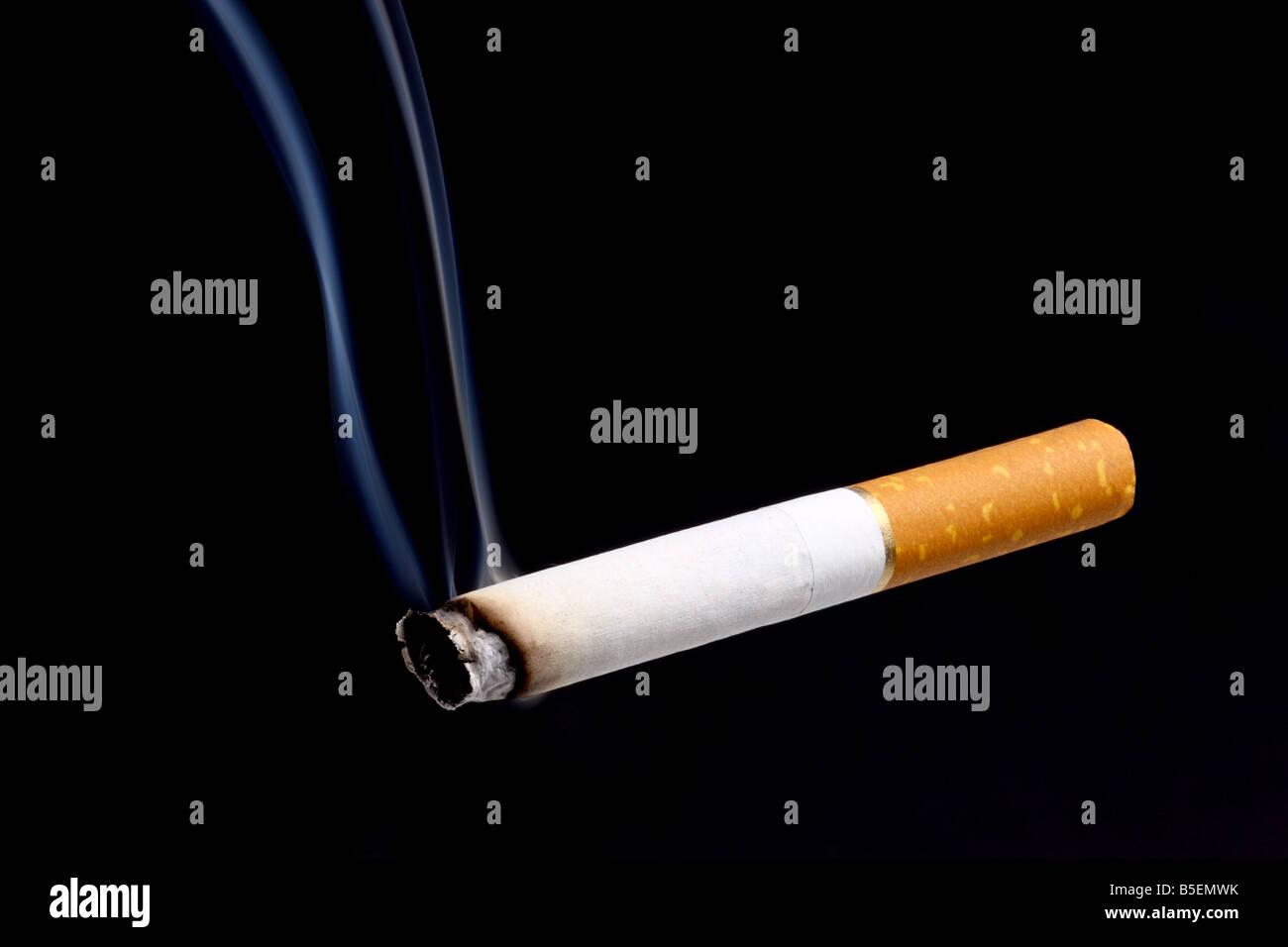 Zigarette auf schwarzem Hintergrund Stockbild