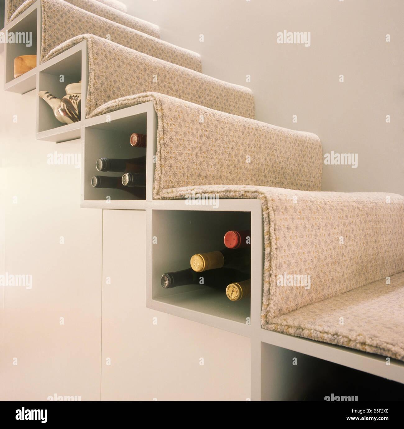 Nahaufnahme Des Weins Gespeichert Unter Treppe Stufen Stockbild