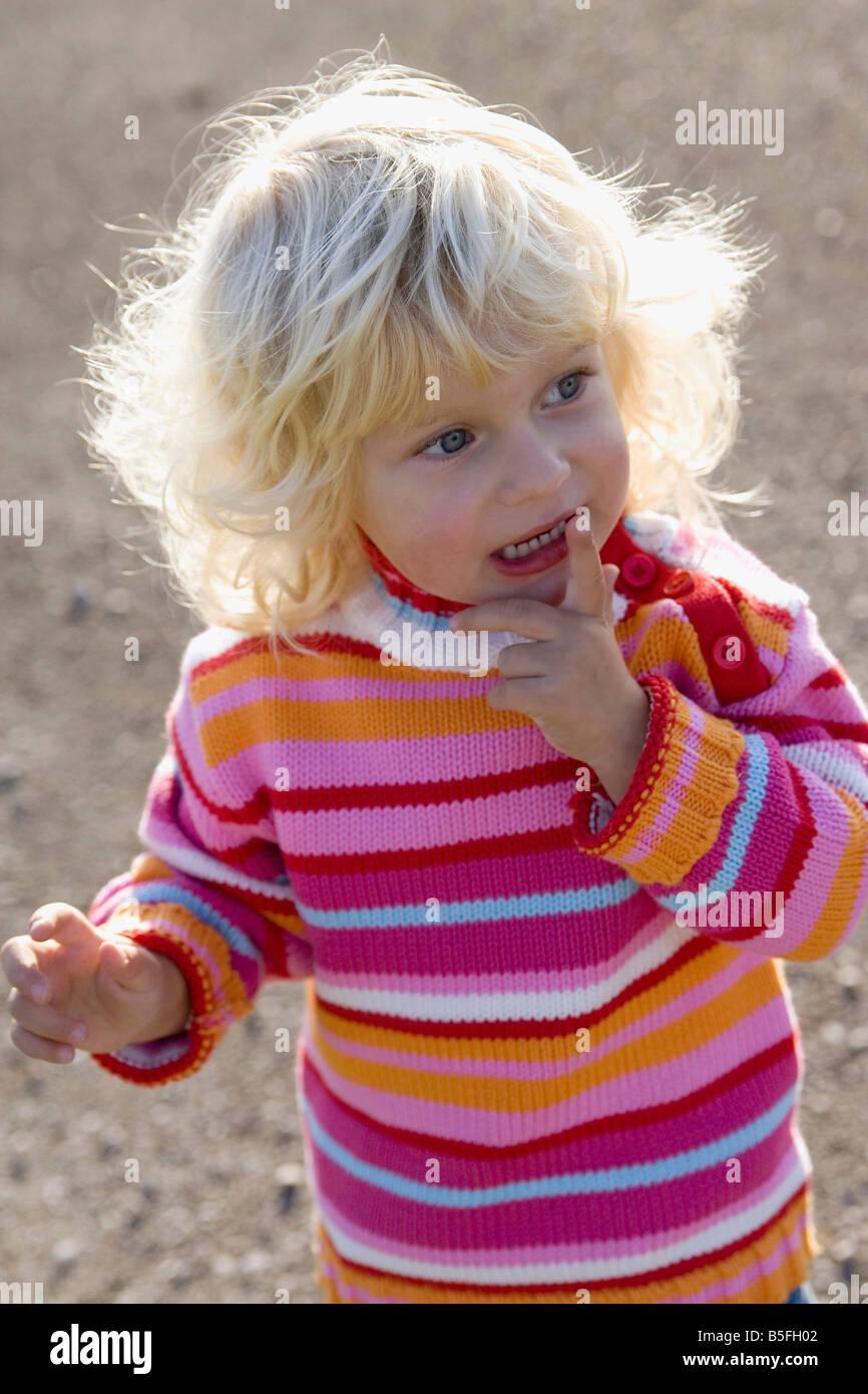 Kleines Mädchen (2-3) Jahre, portrait Stockbild