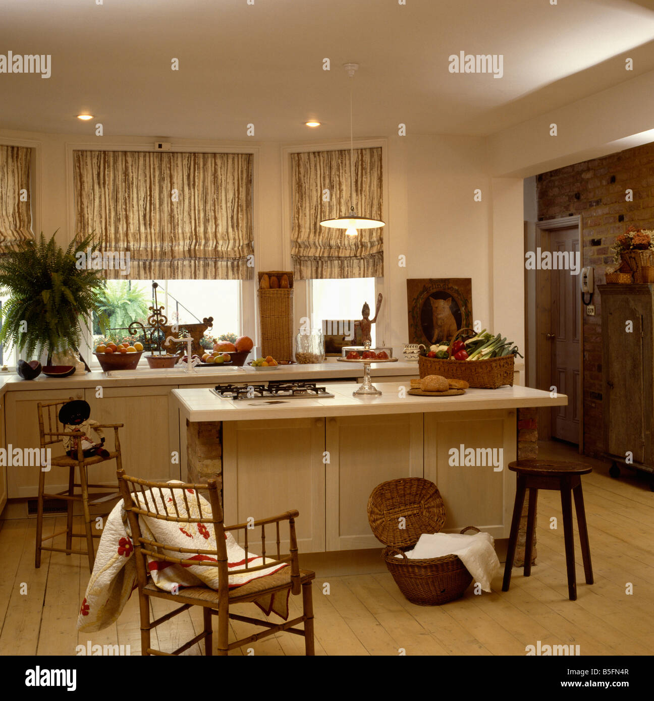 Patchwork Quilt auf Shaker-Stil Stuhl in Creme Küche mit großer Korb ...