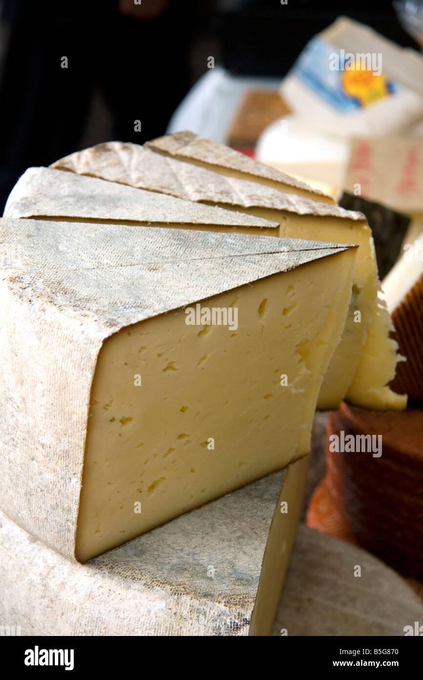 Käse auf einem freien Markt in Cangas de Onis Asturien Nordspanien verkauft Stockbild