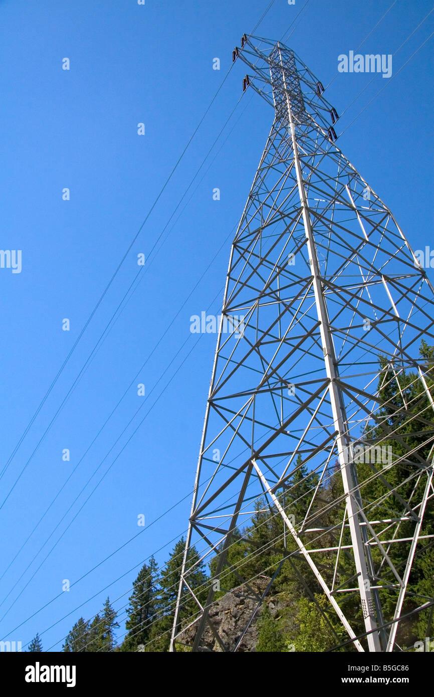 Elektrische Hochspannungsleitungen in der Nähe von Diablo Dam in der North Cascade Range Washington Stockbild