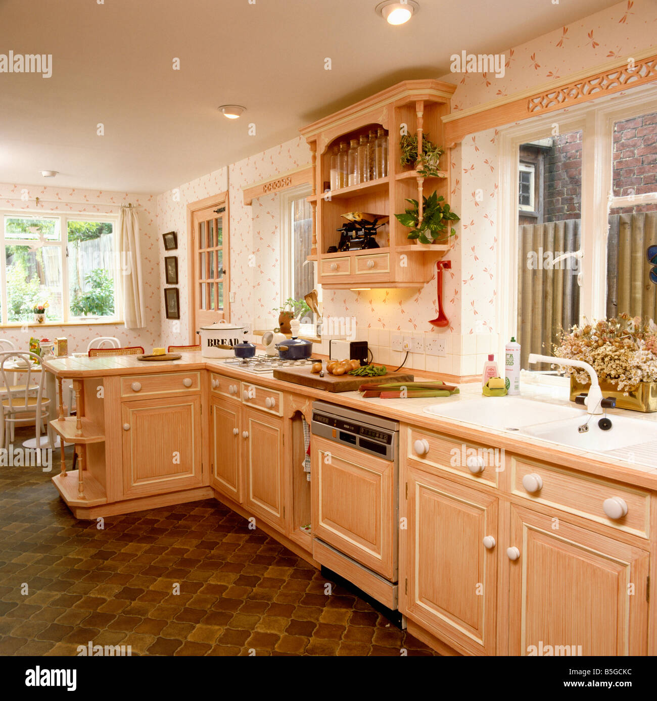 Pfirsich Farbe Effekt Schränke in Küche mit Blumentapete und ...