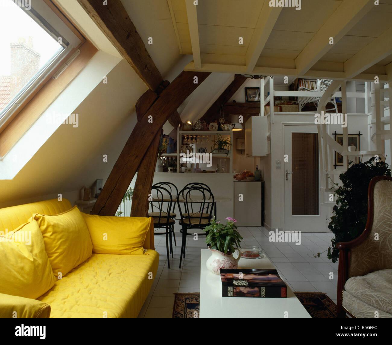 Leuchtend Gelben Sofa Unter Velux Fenster In Offene Dachgeschoss Wohnzimmer  Und Küche In Traditionellen Wohnung