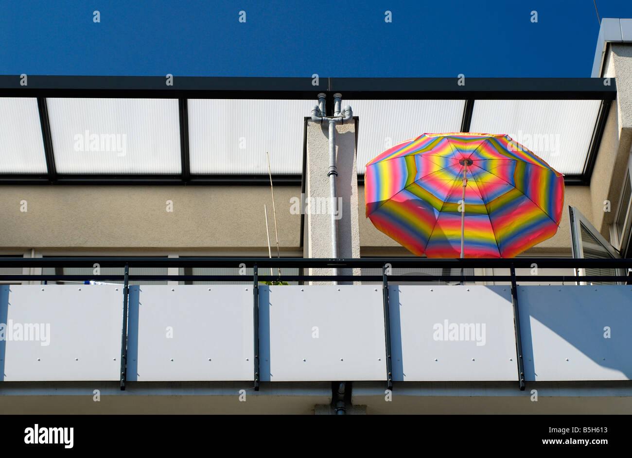 bunten Sonnenschirm auf einem Balkon Stockbild