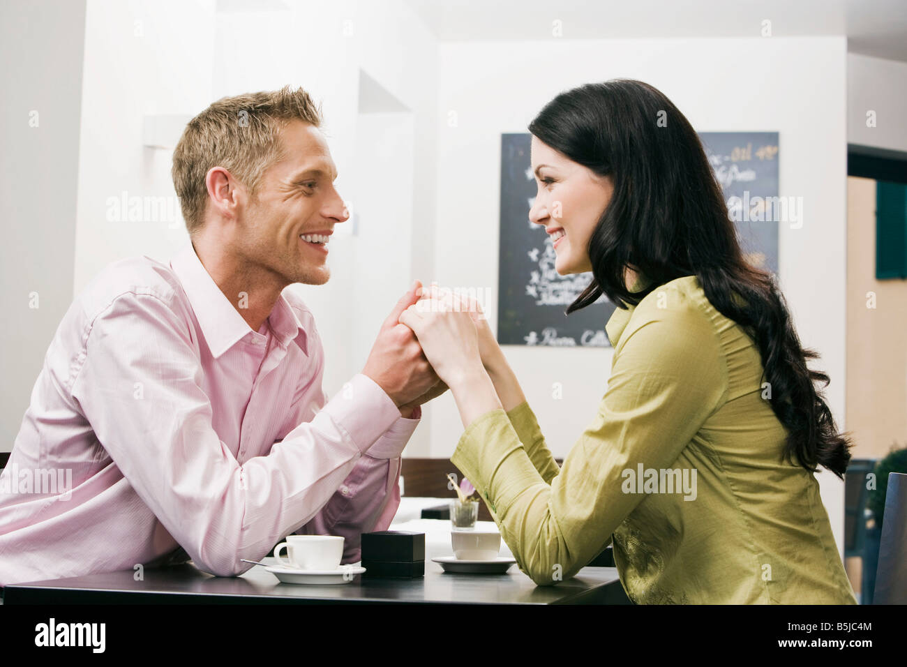 junges Paar im Café miteinander flirten Stockbild