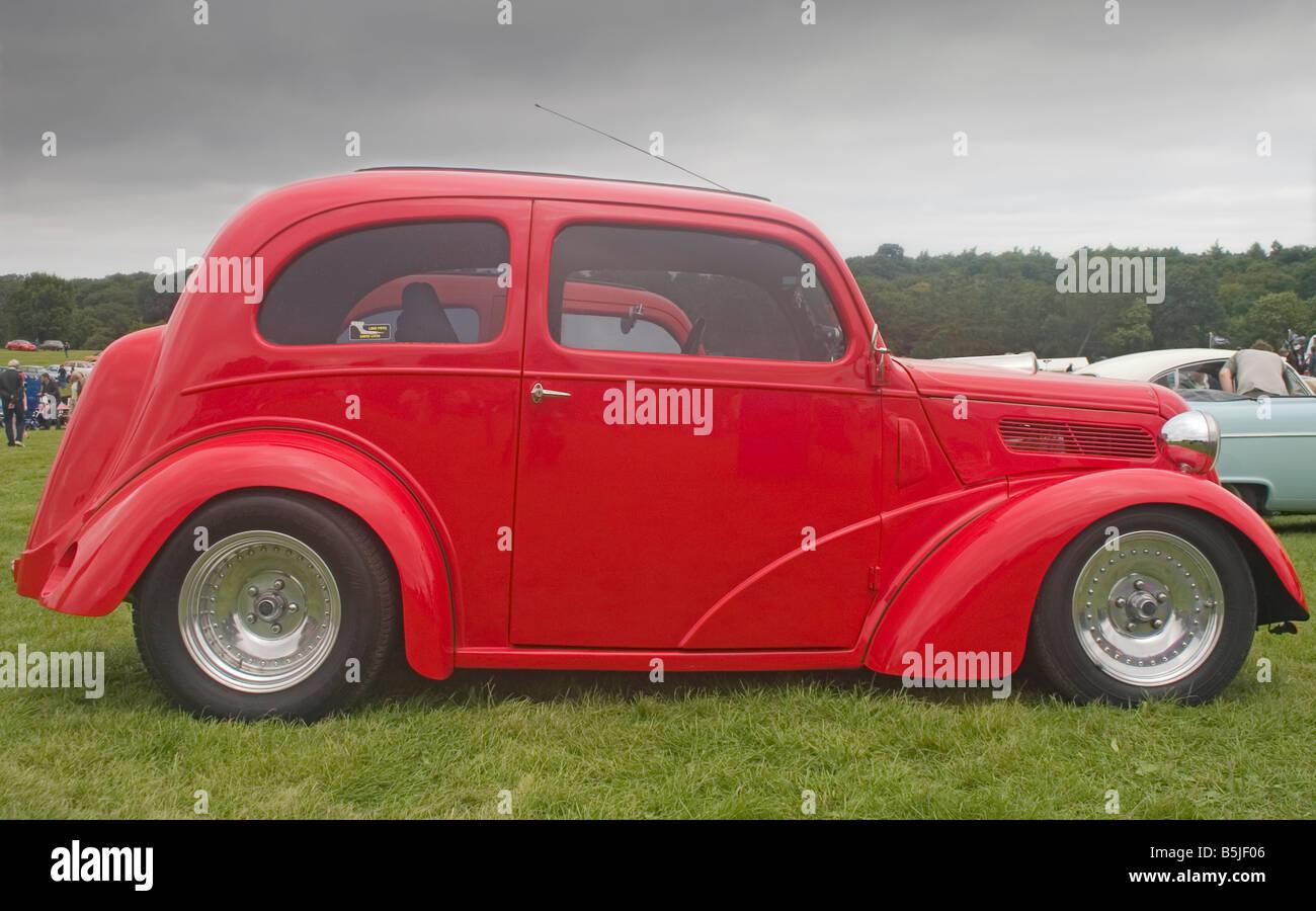 Seitenansicht des roten Ford-Oldtimer aus den vierziger Jahren ...