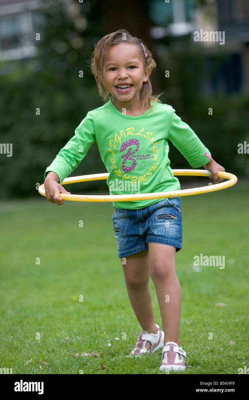 Mädchen mit einem Hula-Hoop Stockbild
