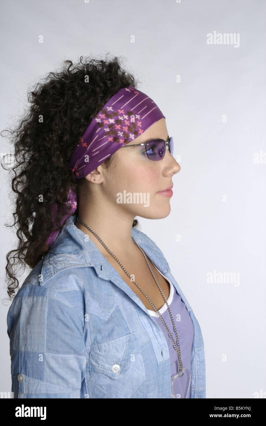 Weiblichen Jugendlichen mit krauses Haar Stockbild
