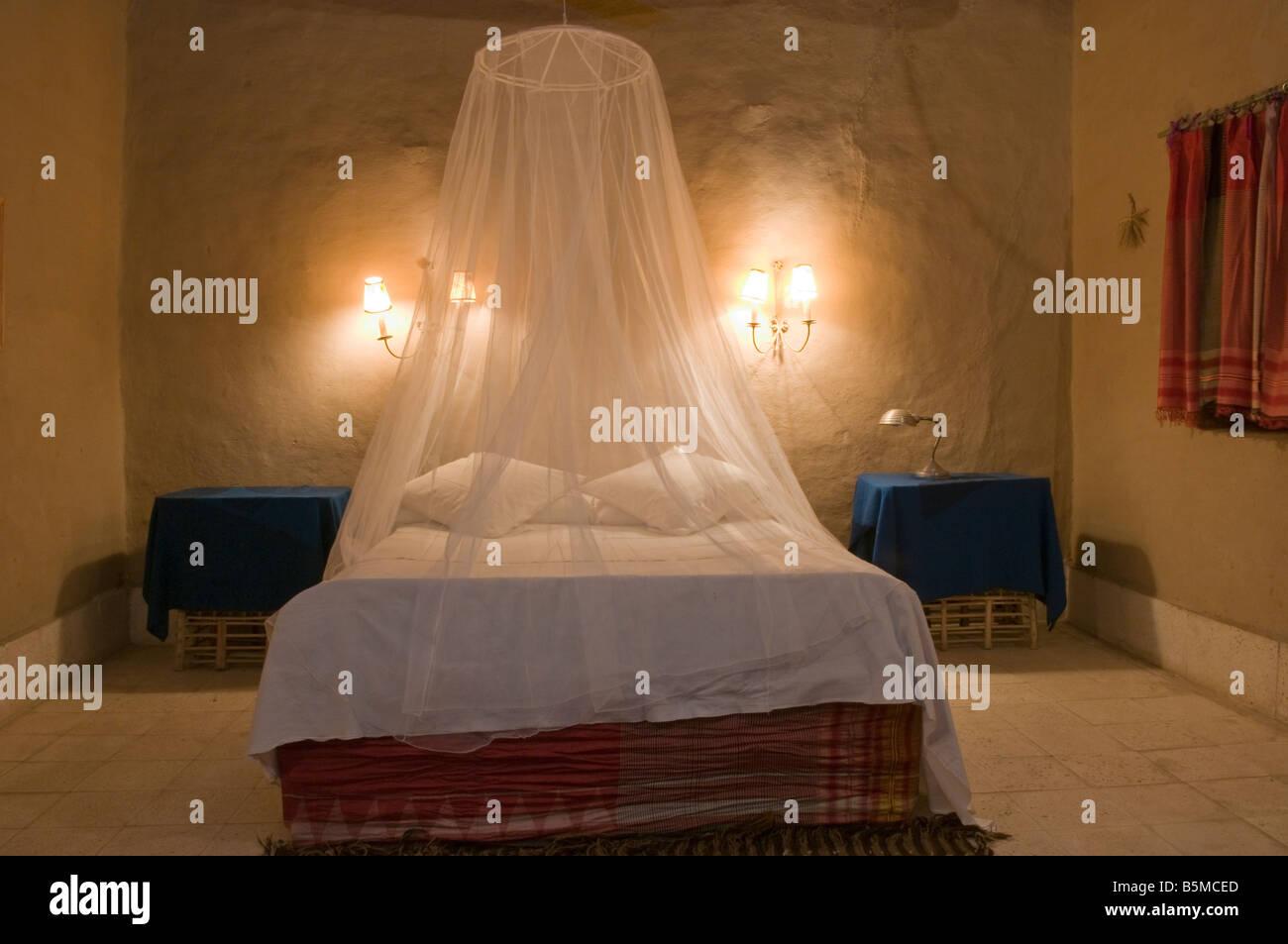 Ein Schlafzimmer mit einem drapiert Moskitonetz von Nur el Gurna ...