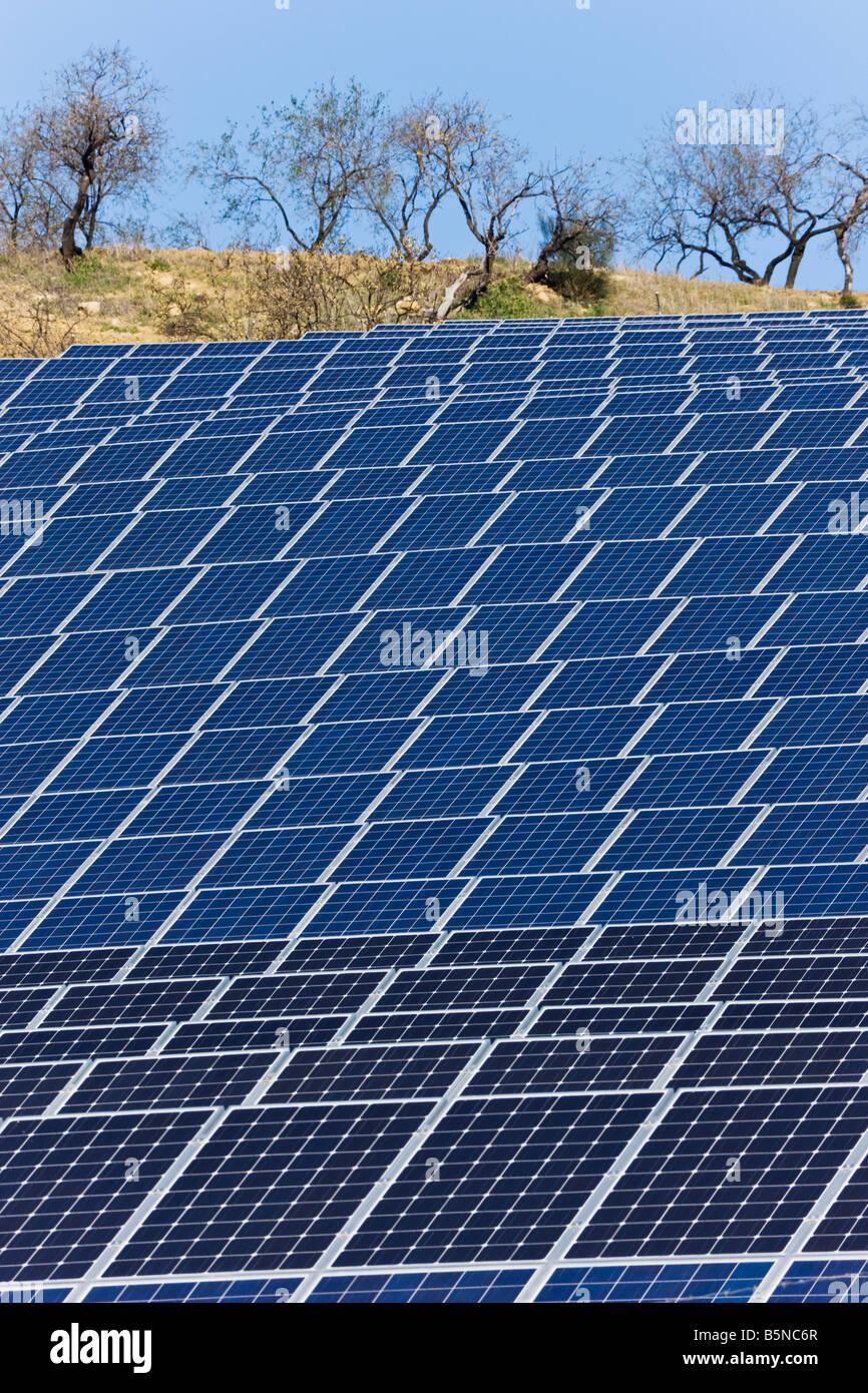 Photovoltaik- oder Solarzellen verwendet, um Sonnenenergie, Casabermeja, Spanien sammeln Stockbild