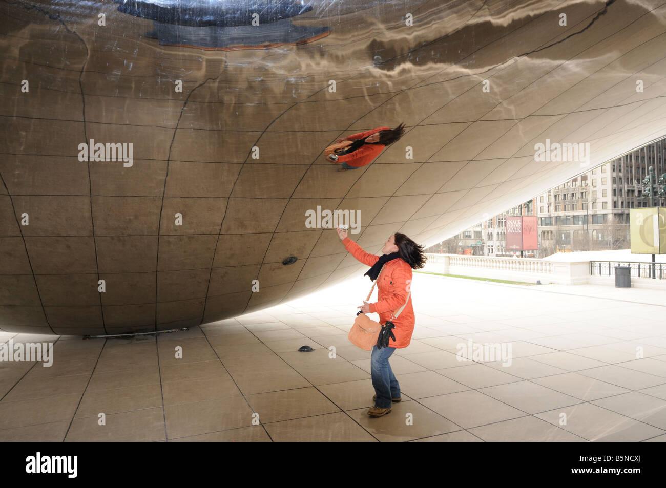 """Mädchen in der konkaven Kammer von The Cloud Gate (aka """"die Bohne""""). Millennium Park. Chicago. Illinois. Stockbild"""