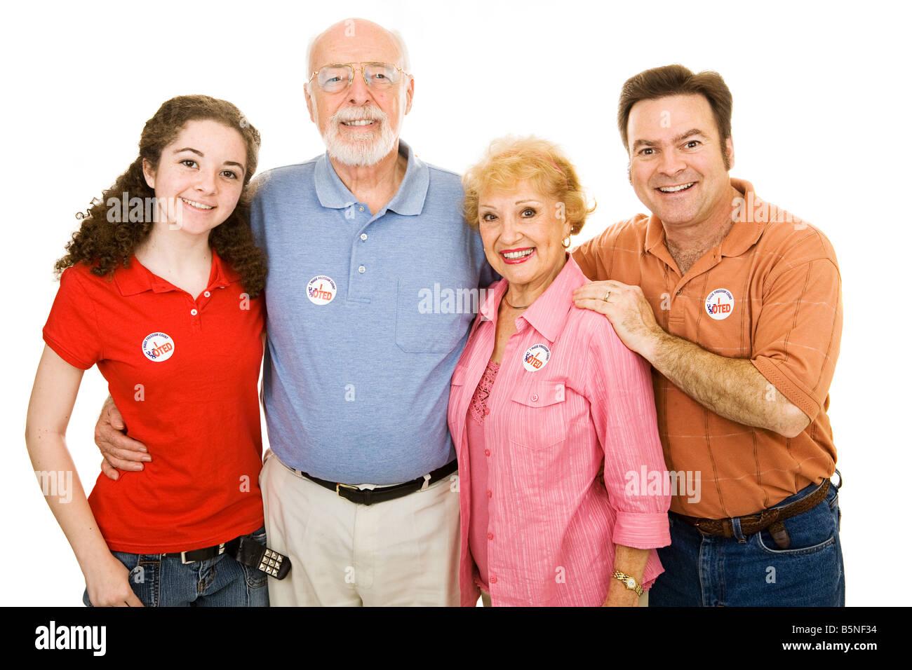 Familie der amerikanischen Wähler bis im Alter von Teen bis senior isoliert auf weiß ich Voted Aufkleber sind allgemein Stockfoto