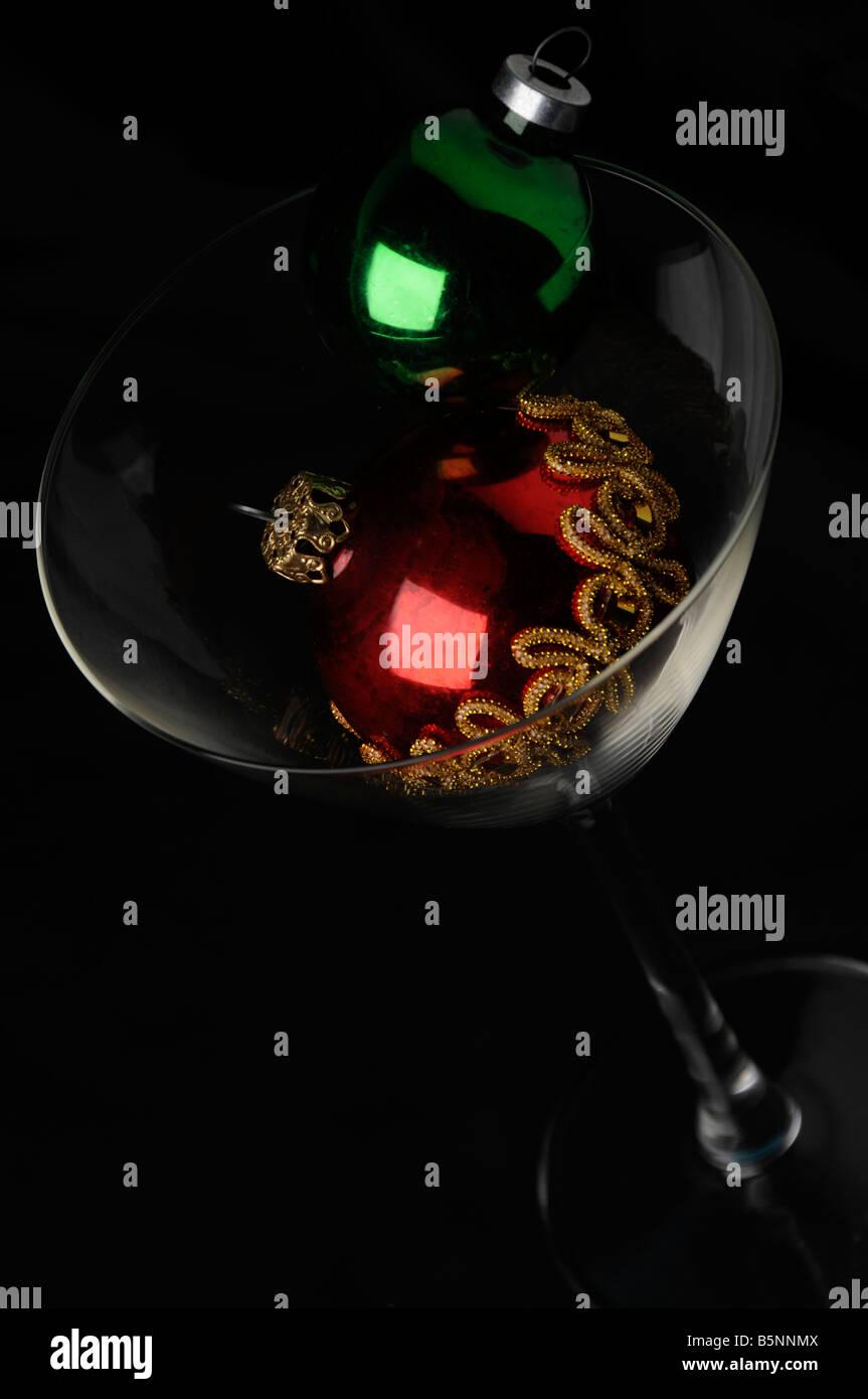 Alkohol Weihnachtsfeier.Cocktail Glas Und Zwei Kugeln Rot Schwarzen Hintergrund Grün Xmas