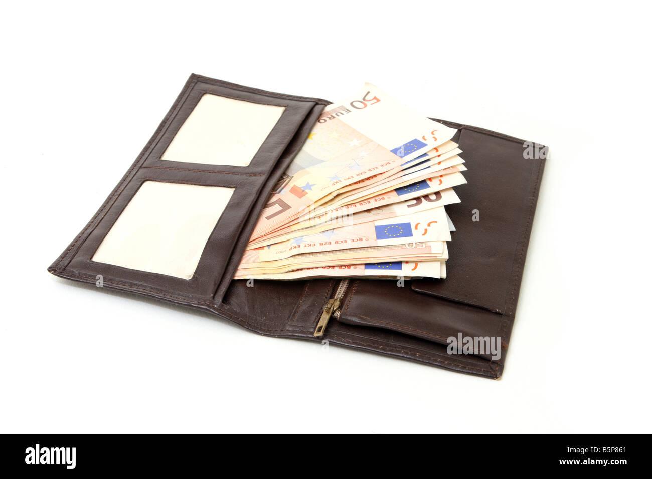 Öffnen Sie Leder Walet mit fünfzig Euro-Banknoten, die isoliert auf weißem Hintergrund Stockfoto