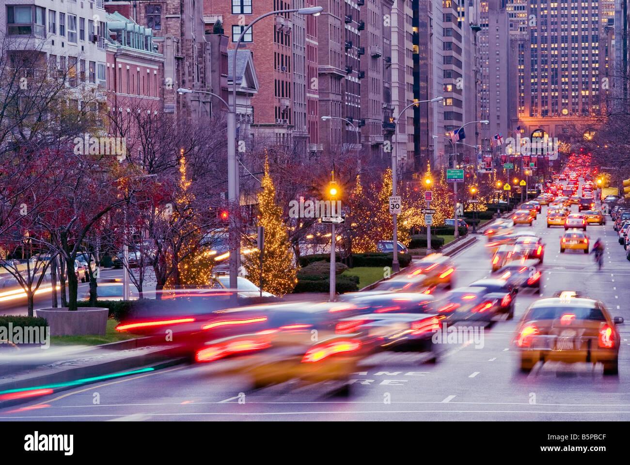 """New York City. """"Park Avenue"""" in der Dämmerung im Winter mit Feierabendverkehr. Stockbild"""