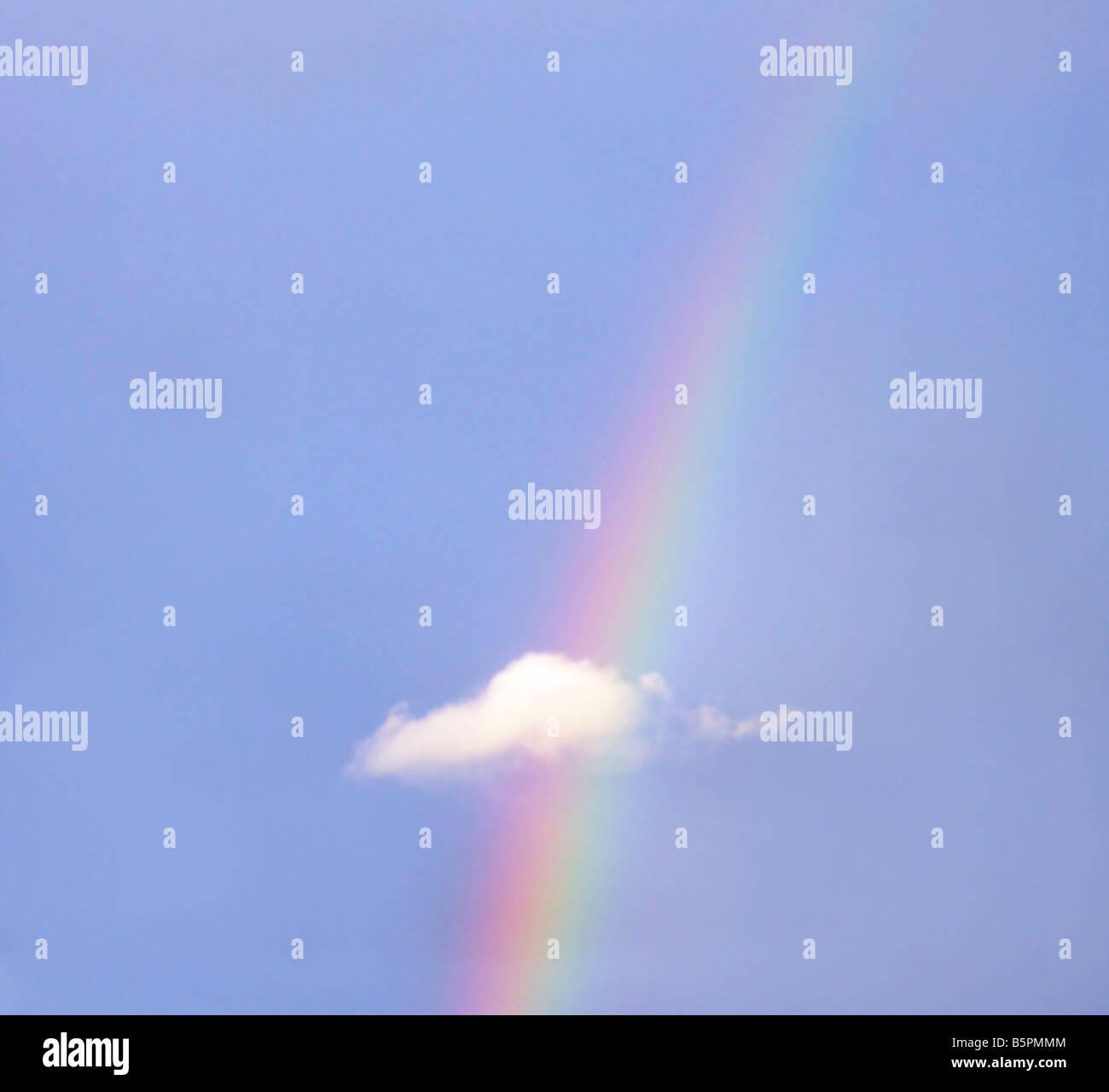 Regenbogen mit kleinen Wolke Stockbild