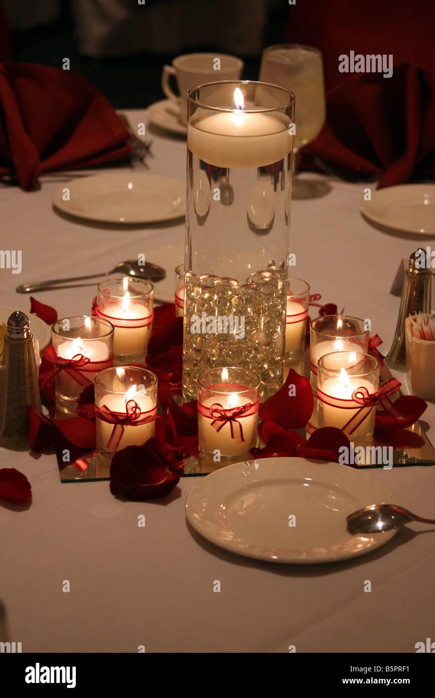 Brennende Kerzen Und Eine Schwimmende Kerze In Einer Vase Als Herzstück  Einer Hochzeitsfeier Esstisch