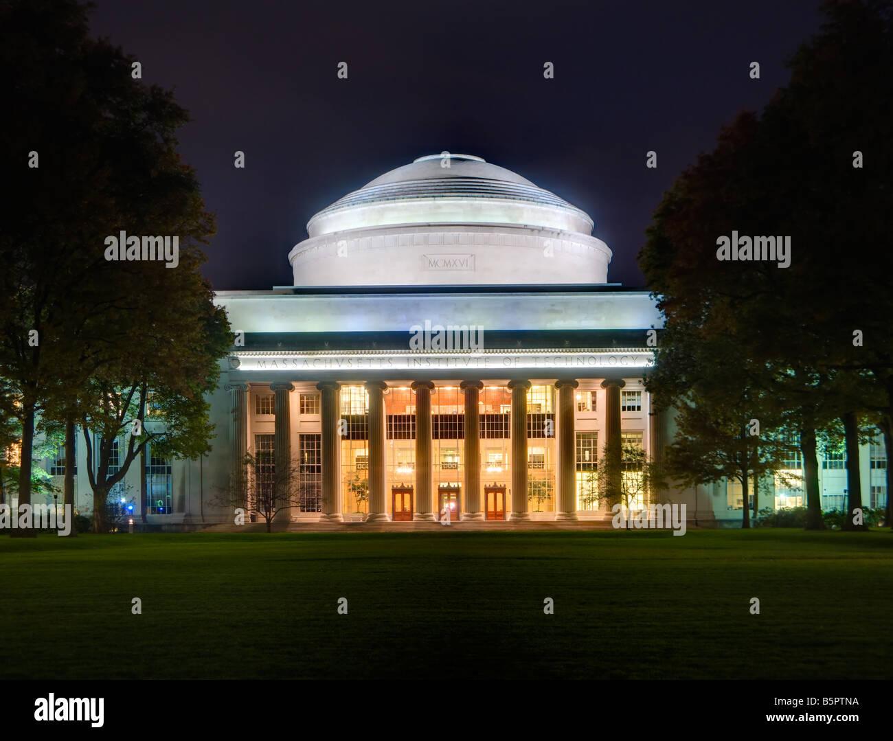 Ein hoher Dynamikbereich-Blick auf die große Kuppel Gebäude 10 und Killian Gericht auf dem Campus des Stockbild
