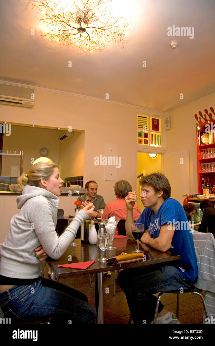 Ein paar Eis essen, in einem Café in der Stadt Bath Somerset England Stockbild