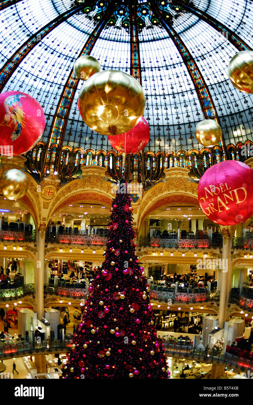 galeries lafayette paris christmas tree stockfotos. Black Bedroom Furniture Sets. Home Design Ideas