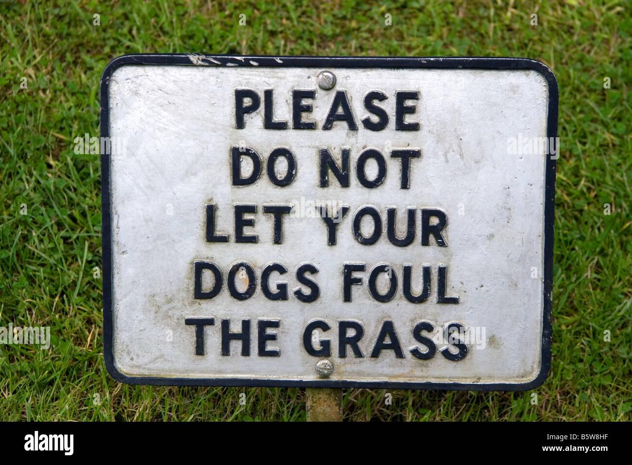 Ein Zeichen lesen bitte lassen Sie nicht Ihre Hunde den Rasen im Dorf von Bibury Gloucestershire England foul Stockbild
