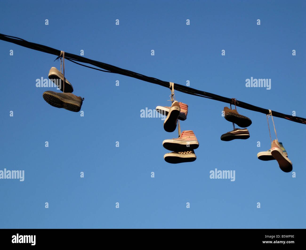 Schuhe von elektrischen Draht hängen Stockfoto, Bild