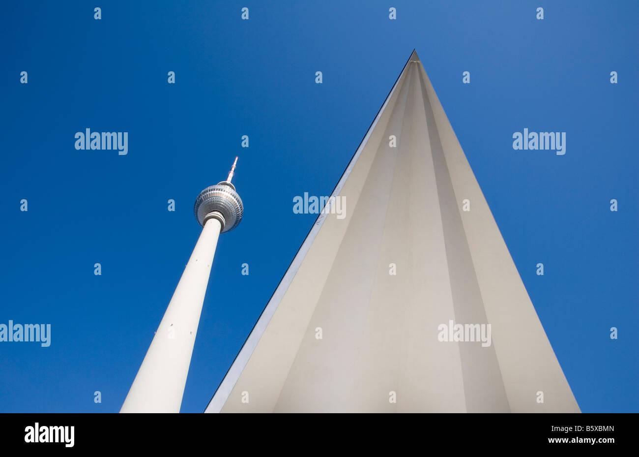 Berühmte Sehenswürdigkeit der Stadt Berlin die TV Turm am Alexanderplatz Alexander s Quadrat mit Dachkonstruktion Stockbild