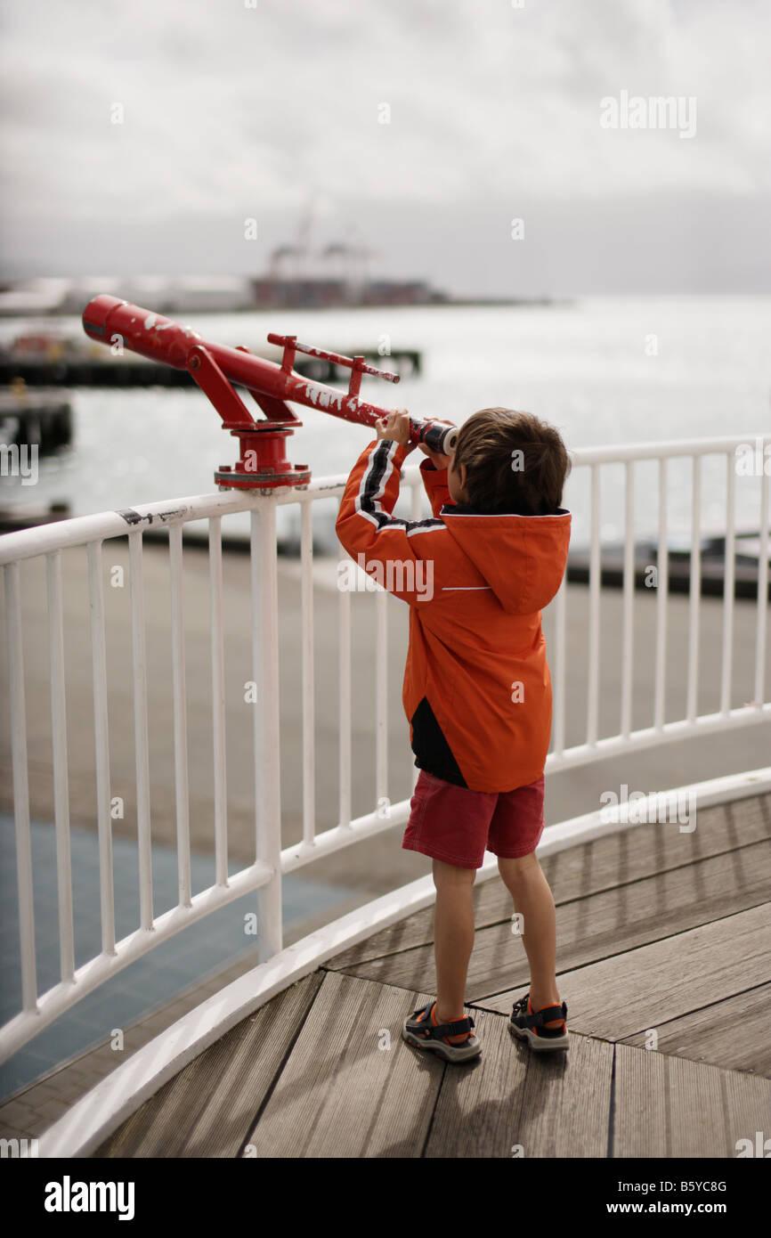 Fünf Jahre alten Jungen verwendet Teleskop Frank Kitts Park Queens Wharf Wellington New Zealand Stockbild