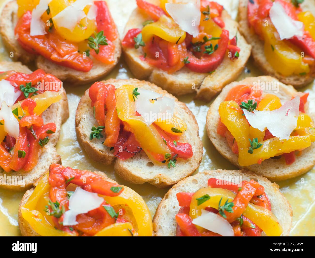 Öffnen Sie Tomaten und gerösteten Paprika Sandwich mit Manchego-Käse Stockbild