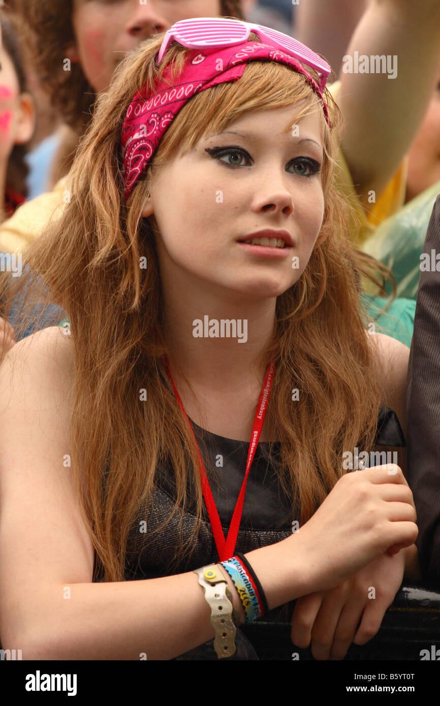 Glastonbury Festival 2008 Popmusik Mädchen weiblicher Fan in der Menge beobachten und hören das Gefühl Band auf Stockfoto