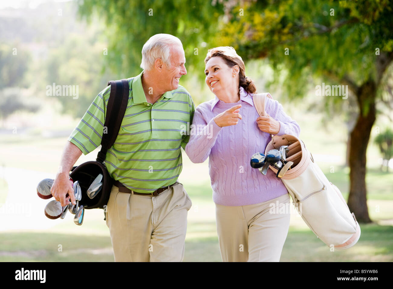 Paar genießt eine Partie Golf Stockbild