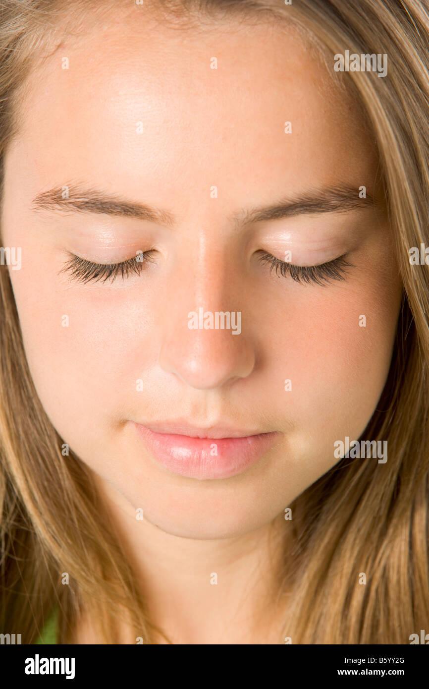 Porträt des Mädchens mit geschlossenen Augen Stockfoto