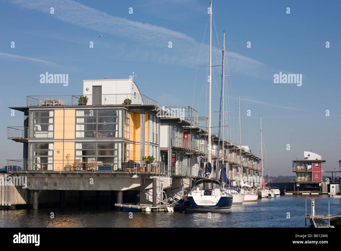 Wasser-Häuser am Rande des modernen Yachthafen in Flensburg der ...